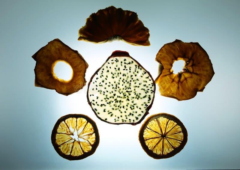 Blandad frukt som torkar på spåring av det ljusa brädet; drakefrukt, G arkivfoto