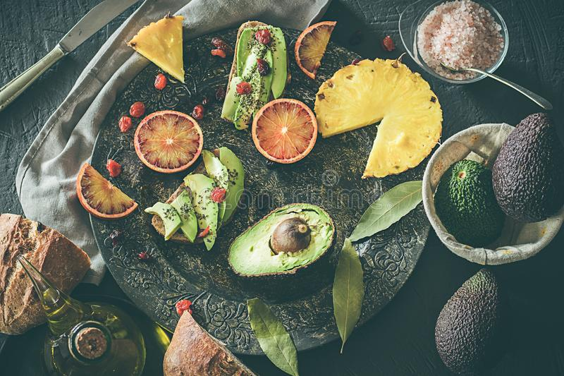 blandad fruktplatta Avokadon, blodapelsiner, kiwier, ananas och jordgubbar royaltyfria foton