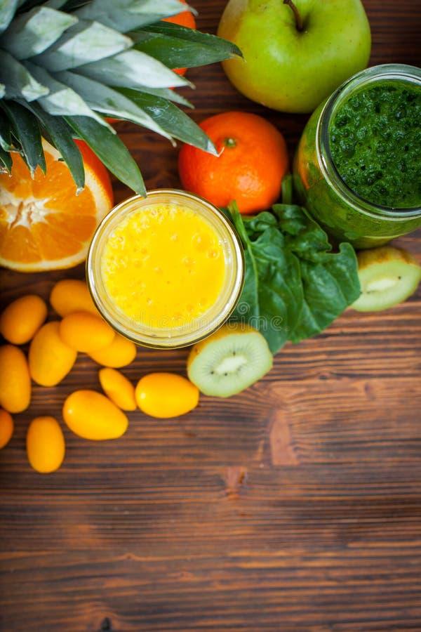 Blandad grön och gul smoothie med ingredienser royaltyfri fotografi