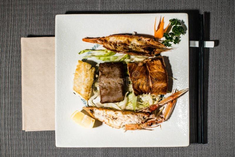Blandad grillad fisk och ny sallad royaltyfria foton