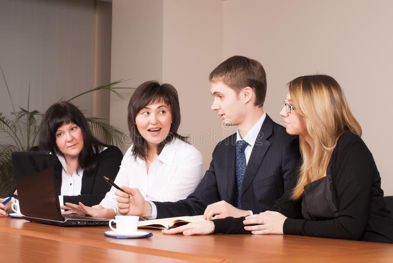 Blandad grupp i affärsmöte arkivfoto