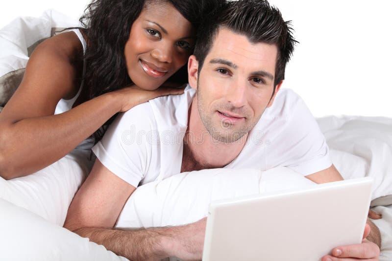Blandad-lopp par genom att använda bärbara datorn royaltyfri bild