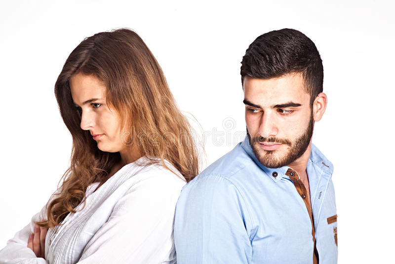 Blandad-lopp par som har ralationshipproblem att isoleras på arkivfoto