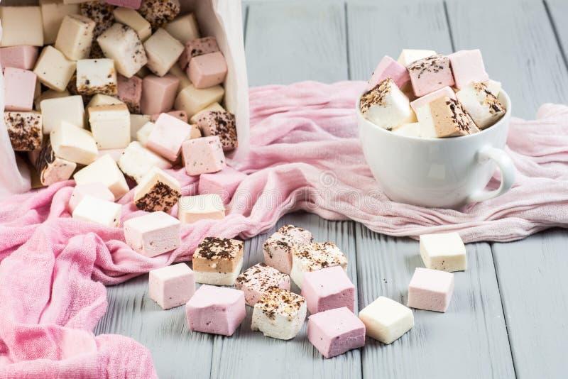 Blandad marshmallow på en grå tabell arkivbilder