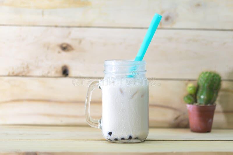 Blandad is mjölkar och te med bubblan royaltyfri bild