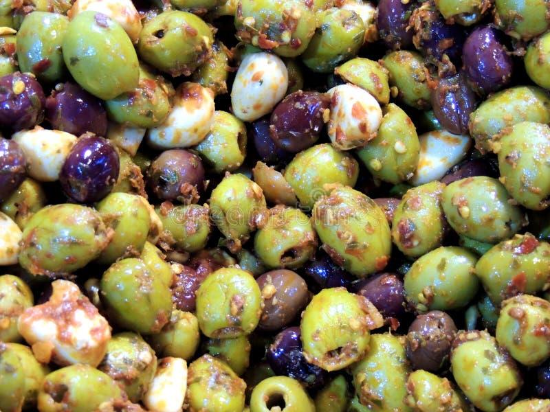 Blandad oliv- och vitlöksallad arkivfoto