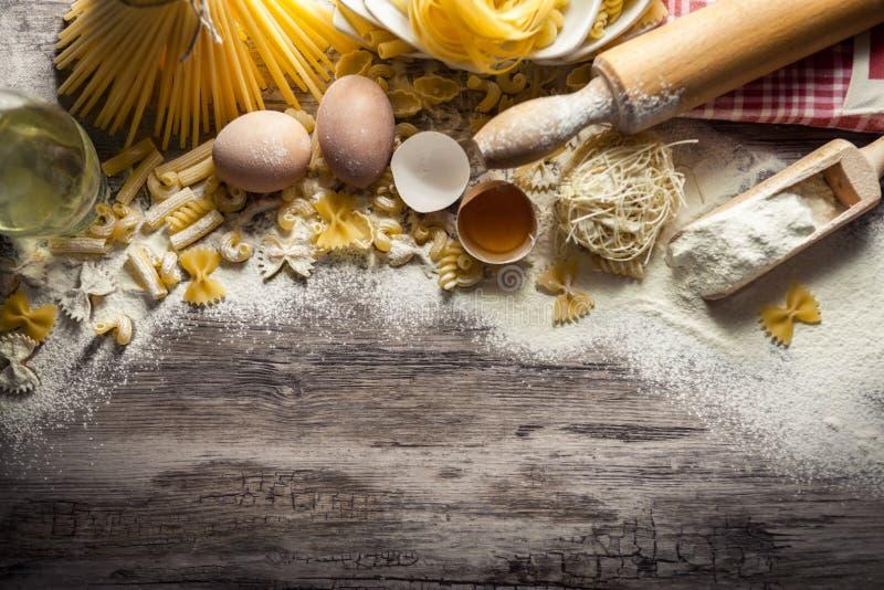 Blandad pasta med ägg och kavlen arkivbild