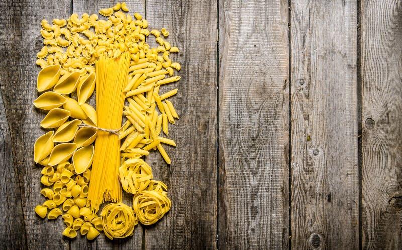 Blandad pasta På träbakgrund royaltyfri bild