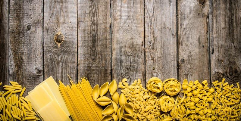 Blandad pasta På träbakgrund royaltyfri foto