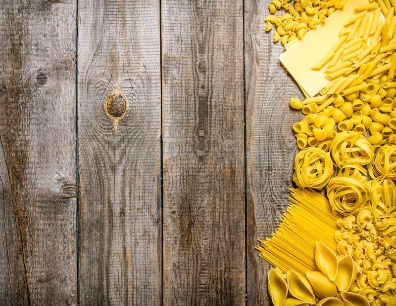 Blandad pasta På träbakgrund royaltyfri fotografi