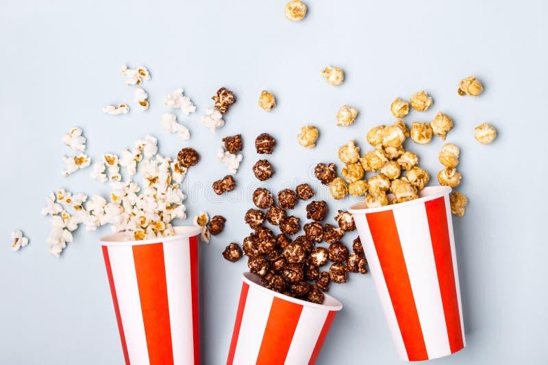 Blandad popcornuppsättning i pappers- randig vit röd kopp royaltyfria bilder
