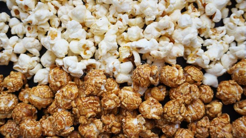 Blandad popcornuppsättning Sött och salt popcorn på svart bakgrund royaltyfria bilder