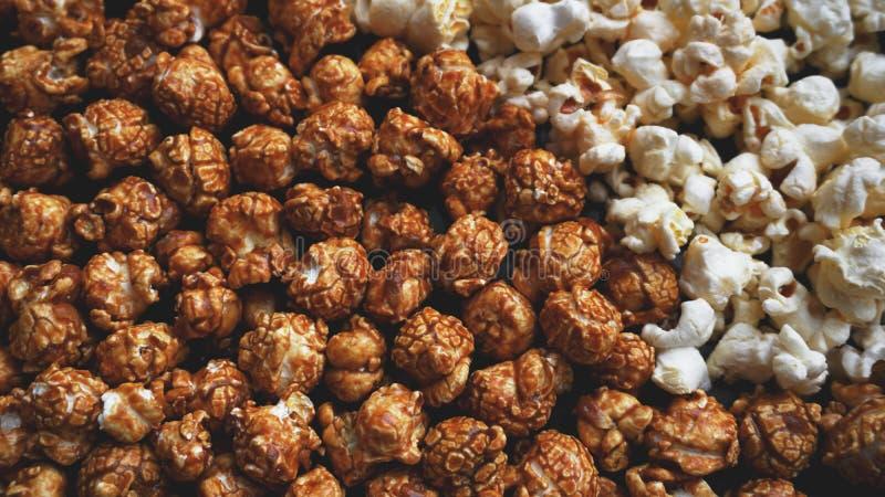 Blandad popcornuppsättning Sött och salt popcorn på svart bakgrund fotografering för bildbyråer