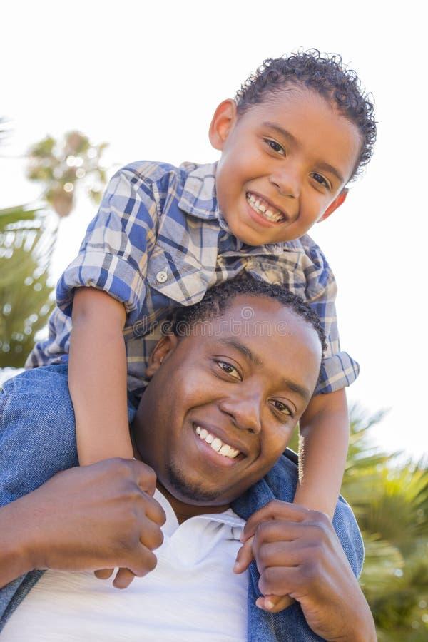 Blandad Racefader och Son som på ryggen leker royaltyfri fotografi