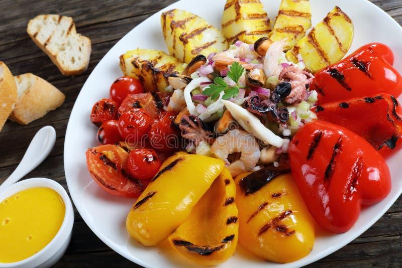 Blandad sallad för havsmat på plattan royaltyfri foto