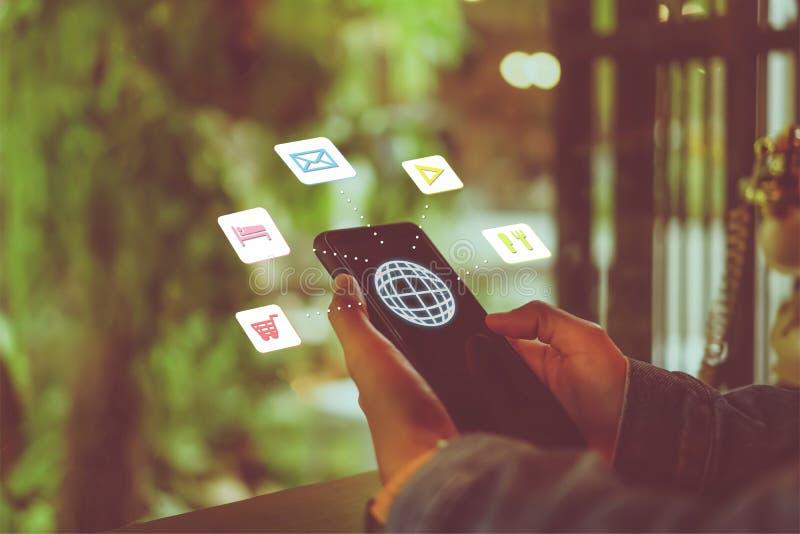 Blandad skärm för loppsemestersymboler på kvinnahanden genom att använda smartphonen för att planera för lång helg royaltyfri foto