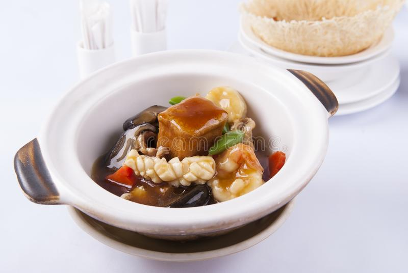 Blandad skaldjur och tofu i kruka royaltyfri fotografi