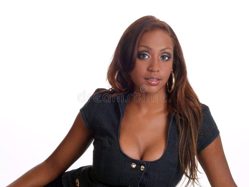 blandad ståendekvinna för svart cleavage royaltyfri foto