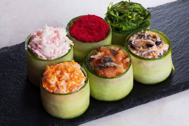 Blandad sushi som slås in i den stora masagoen för gurka, räka, lax, krabba, Chuka, de sex styckena royaltyfri fotografi