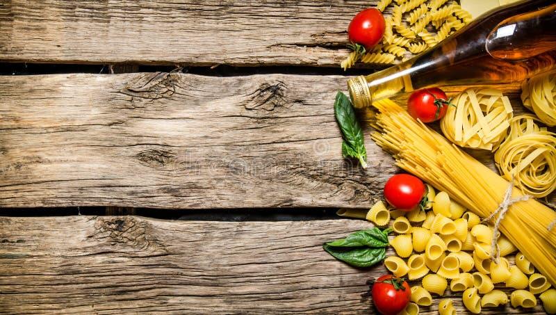 Blandad torr pasta och spagetti, arkivfoto