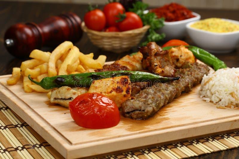 Blandad turkisk kebab på steknålar royaltyfri foto