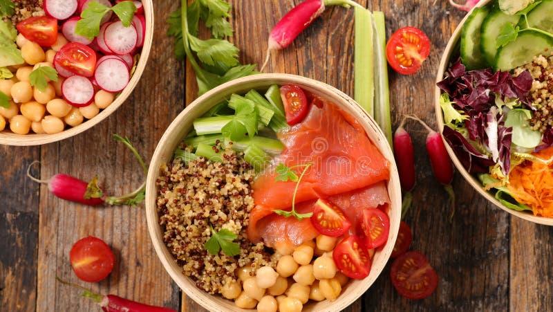 Blandad vegetarisk sallad med gurkan royaltyfri fotografi