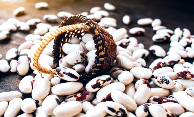 Blandade bönor för färgrik variation På en trätabell arkivfoto