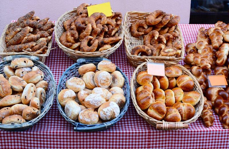 Blandade bröd och bakelser på en utomhus- marknad fotografering för bildbyråer