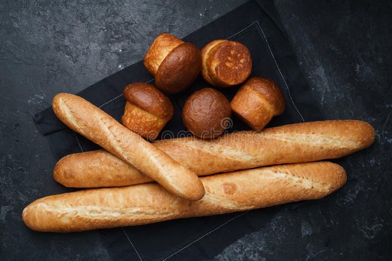 Blandade bröd på svart bakgrund fotografering för bildbyråer
