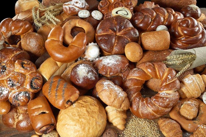 Blandade bröd som isoleras på vit royaltyfri foto