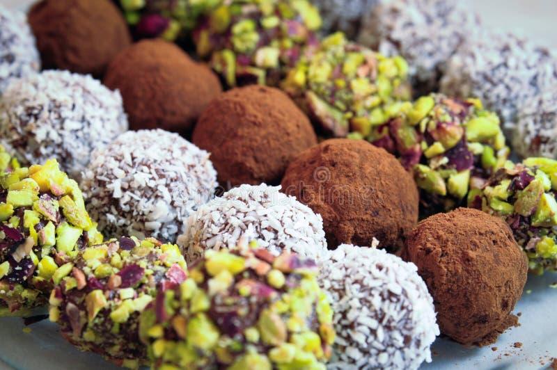 blandade chokladpralines arkivfoton