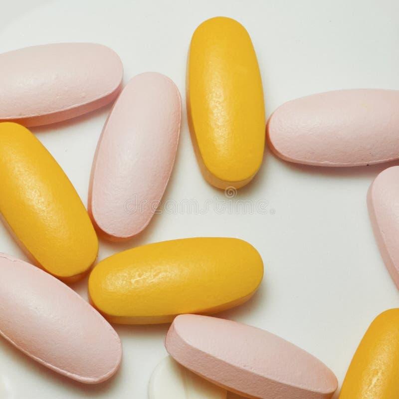 Blandade farmaceutiska medicinpreventivpillerar, minnestavlor och kapslar över vit bakgrund, måste du älska medicinen royaltyfria bilder