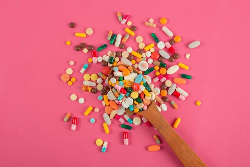 Blandade farmaceutiska medicinpreventivpillerar, minnestavlor och kapslar p? tr?skeden arkivbild