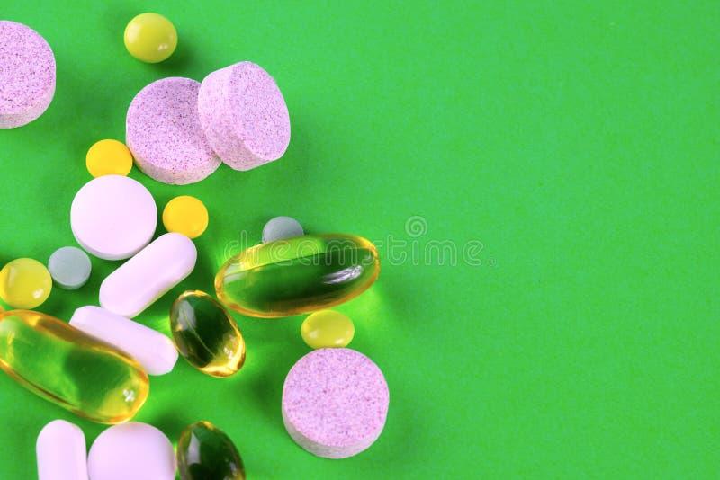 Blandade farmaceutiska medicinpreventivpillerar placera text royaltyfri foto