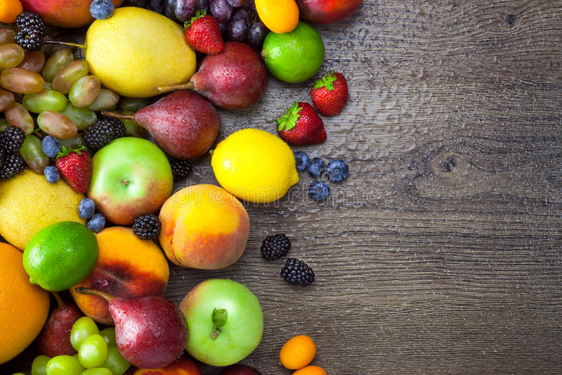 Blandade frukter på trätabellen med vatten tappar royaltyfri fotografi