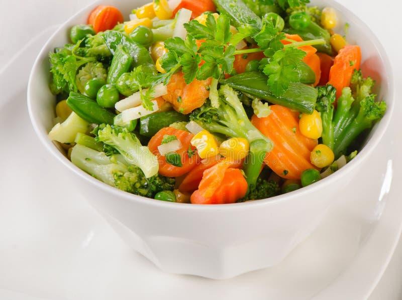 Blandade grönsaker i den vita bunken arkivfoto
