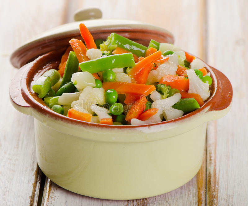 Blandade grönsaker i grön bunke royaltyfri fotografi