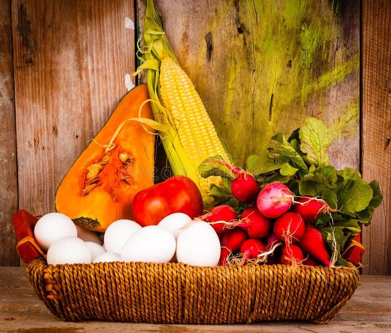 Blandade grönsaker och ägg på en korg royaltyfri bild