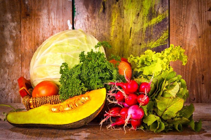 Blandade grönsaker på en korg arkivbilder