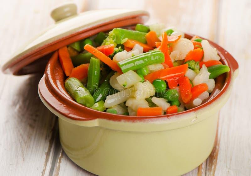 Blandade grönsaker på en vit trätabell royaltyfri fotografi