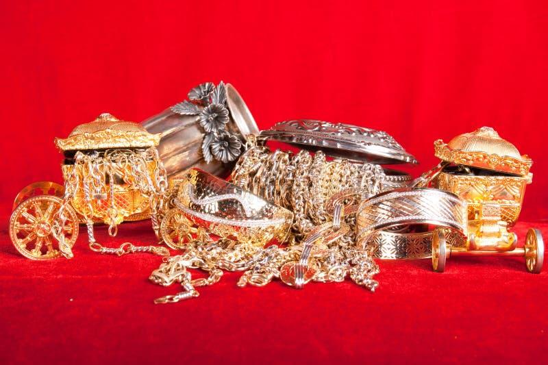 Blandade guld- och silversmycken royaltyfria bilder