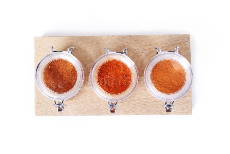Blandade kryddor i krus arkivbilder