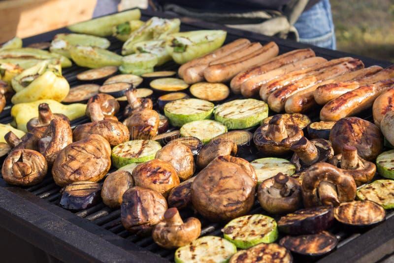 Blandade läckra grillade kött med grönsaker över grillfesten på kolet Korvar biff, peppar, champinjoner, zucchini arkivfoton