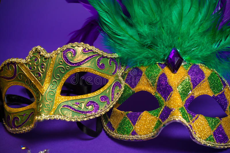 Blandade Mardi Gras eller Carnivale maskeringar på lilor royaltyfria foton