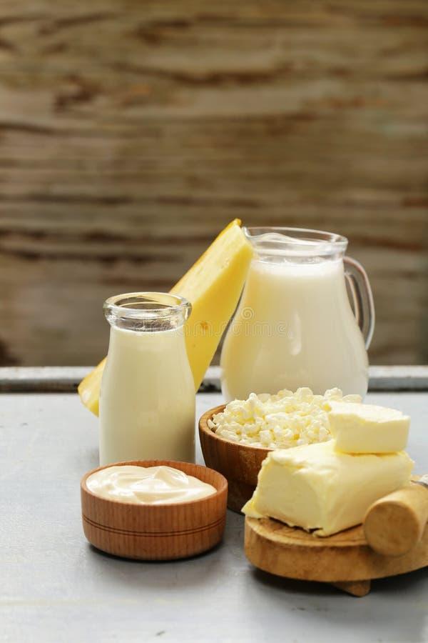 Blandade mejeriprodukter mjölkar, yoghurten, keso, gräddfil royaltyfri foto