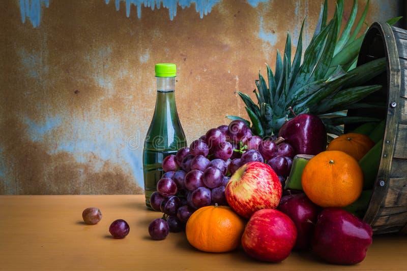 Blandade nya frukter från trädgården royaltyfria foton