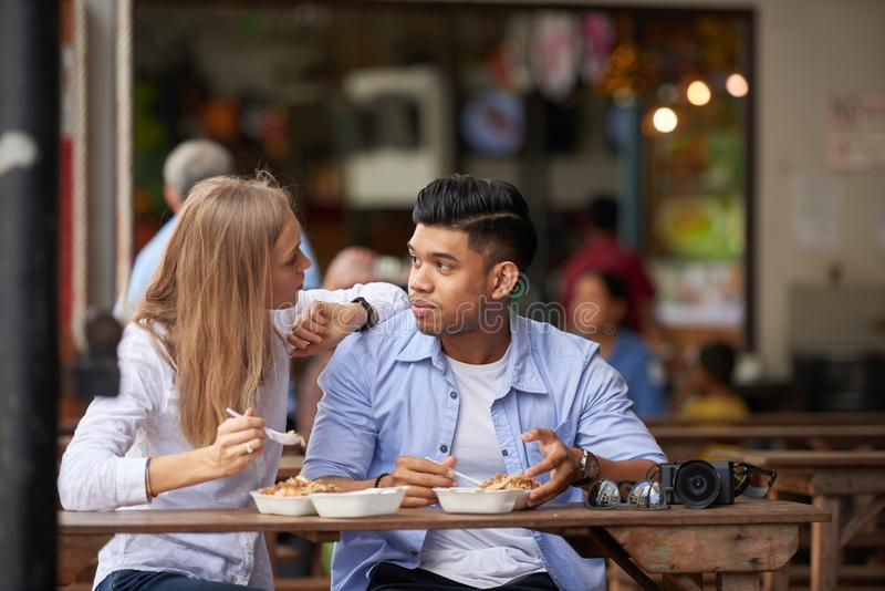 Blandade par på det utomhus- kafét royaltyfria foton