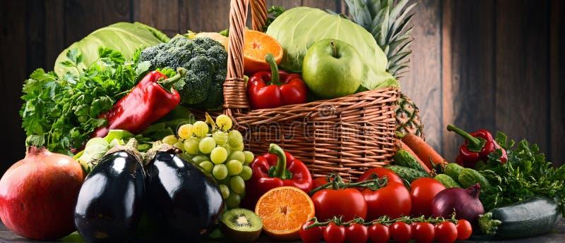 Blandade rå organiska grönsaker och frukter fotografering för bildbyråer