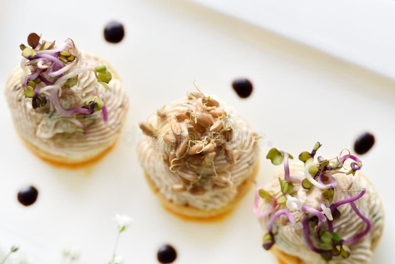Blandade savoury mellanmål på plattan arkivbild