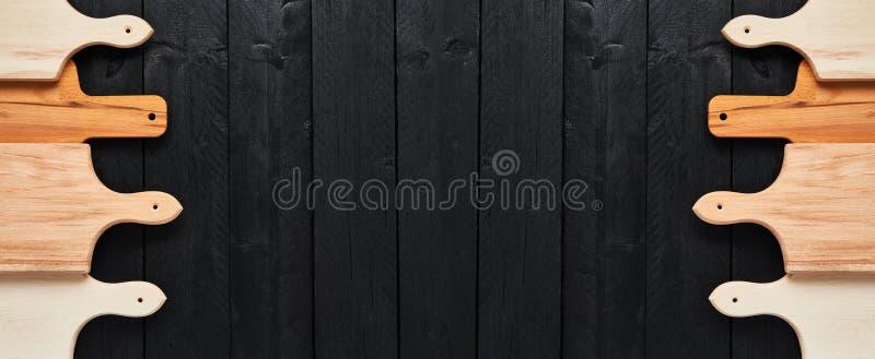 Blandade skärbrädor på den svarta trätabellen baner royaltyfri foto